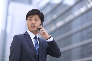 スマートフォンで通話するビジネス男性の写真素材 [FYI02968177]