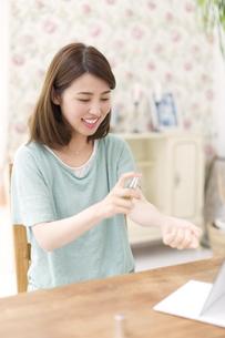 手首に香水をつける女性の写真素材 [FYI02968184]