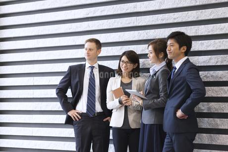 オフィスビルのロビーで立つビジネス男女の写真素材 [FYI02968186]