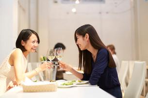 レストランで乾杯する女性二人の写真素材 [FYI02968189]