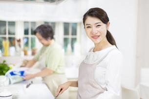 台所で料理をする母と娘の写真素材 [FYI02968190]
