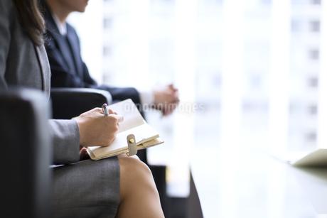 打ち合わせをするビジネス女性の手元の写真素材 [FYI02968196]