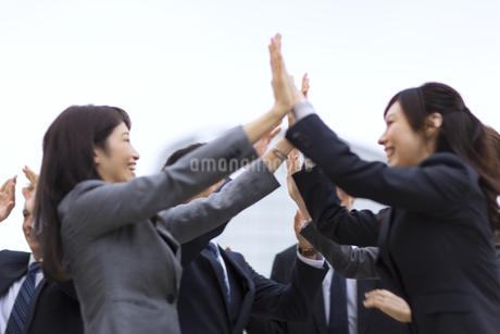 ハイタッチをして喜び合うビジネス男女の写真素材 [FYI02968197]