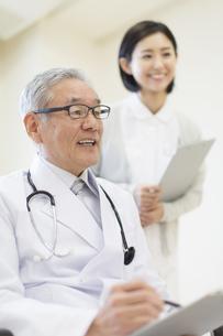 患者に問診をする男性医師の写真素材 [FYI02968200]