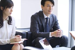 打ち合わせをするビジネス男女の写真素材 [FYI02968202]