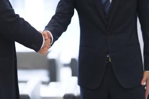 握手をするビジネス男性の手元の写真素材 [FYI02968205]