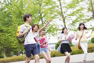 キャンパスを走る学生たちの写真素材 [FYI02968209]