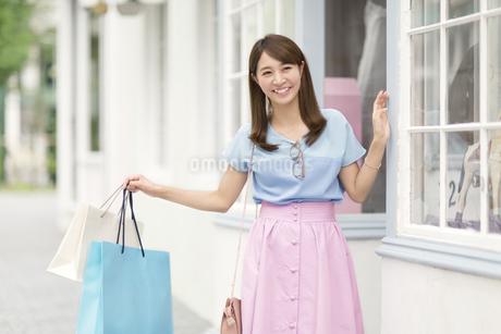 ウィンドウショッピングを楽しむ女性の写真素材 [FYI02968210]