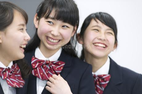 黒板の前で笑う女子学生3人の写真素材 [FYI02968217]