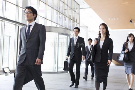 ビルのエントランスを歩くビジネス男女の写真素材 [FYI02968222]