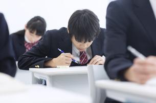 授業を受ける男子学生の写真素材 [FYI02968229]