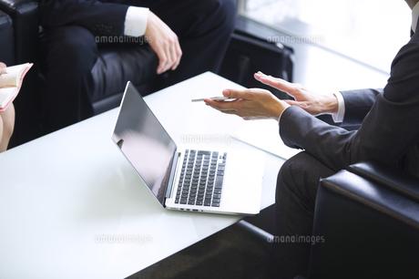 打ち合わせをするビジネス男性の手元の写真素材 [FYI02968230]
