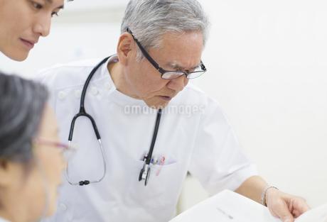 打合せをする医師たちの写真素材 [FYI02968231]