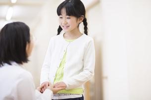 女の子の手に手添える女性医師の写真素材 [FYI02968234]