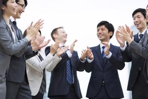 拍手をするビジネス男女の写真素材 [FYI02968235]