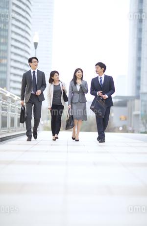 街中で歩きながら会話をするビジネス男女の写真素材 [FYI02968238]