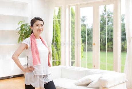 部屋でストレッチをする女性の写真素材 [FYI02968239]