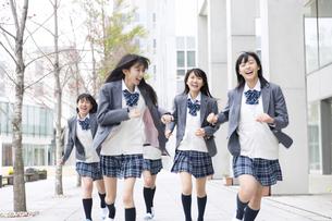 笑顔で走る女子高校生たちの写真素材 [FYI02968242]
