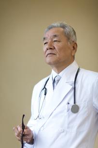 遠くを見て考える男性医師の写真素材 [FYI02968244]