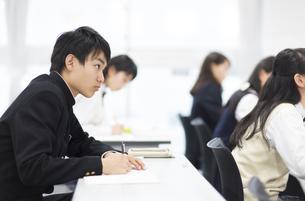 授業を受ける男子学生の写真素材 [FYI02968247]