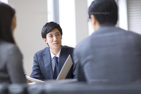 打ち合わせをするビジネス男性の写真素材 [FYI02968249]
