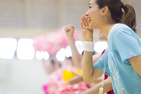 口元に手をあて応援する若い女性の写真素材 [FYI02968255]