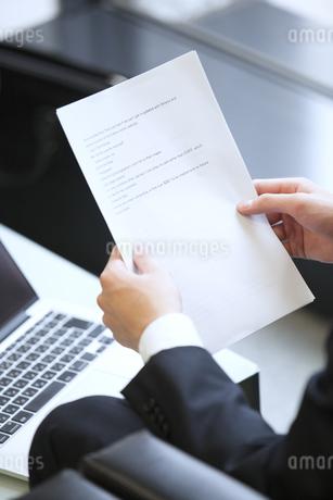 打ち合わせをするビジネス男性の手元の写真素材 [FYI02968257]