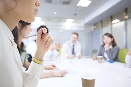 会議中のビジネス女性の手元の写真素材 [FYI02968259]
