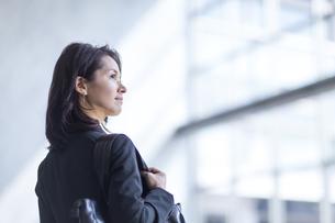 ビル内で上を見るビジネス女性の写真素材 [FYI02968260]