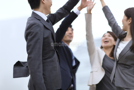 ハイタッチをして喜び合うビジネス男女の写真素材 [FYI02968262]