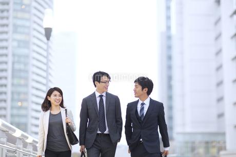 街中で歩きながら会話をするビジネス男女の写真素材 [FYI02968263]