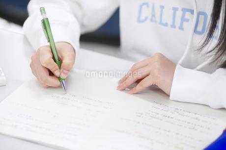 ノートに文字を書く手元の写真素材 [FYI02968285]
