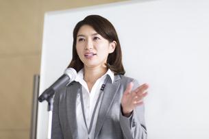 演台で話すビジネス女性の写真素材 [FYI02968288]