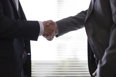 握手を交わしている手元の写真素材 [FYI02968293]