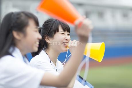 メガホンを持って応援する女子マネージャーたちの写真素材 [FYI02968295]