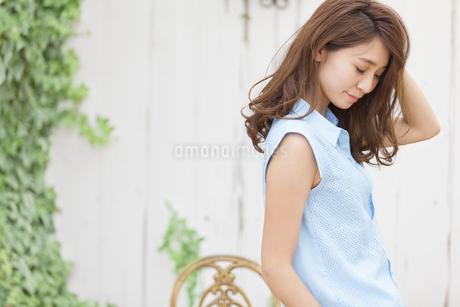 うつむく若い女性のポートレートの写真素材 [FYI02968296]
