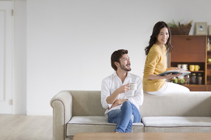 ソファーでくつろぐ男性と女性の写真素材 [FYI02968299]