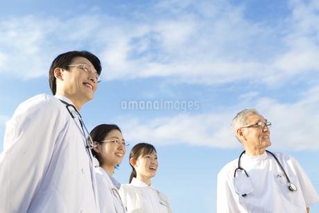 屋上で遠くを見上げる医師たちの写真素材 [FYI02968300]
