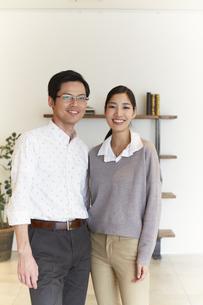 家の中で立つ夫婦のスナップの写真素材 [FYI02968304]