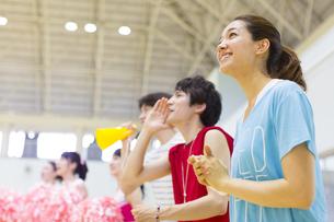 体育館で並んで観戦する学生たちの写真素材 [FYI02968306]