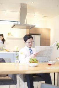 出勤前に新聞を読む男性の写真素材 [FYI02968310]