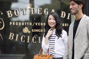 ウィンドウショッピングを楽しむ男性と女性の写真素材 [FYI02968312]