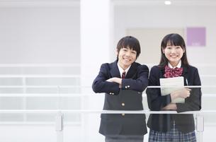 男子学生と女子学生のポートレートの写真素材 [FYI02968313]