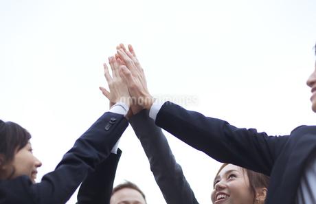 ハイタッチをして喜び合うビジネス男女の写真素材 [FYI02968314]