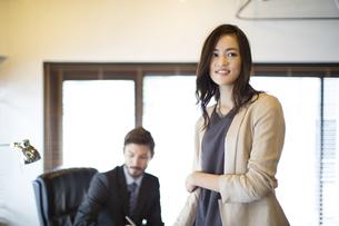 オフィスで微笑むビジネス女性の写真素材 [FYI02968316]