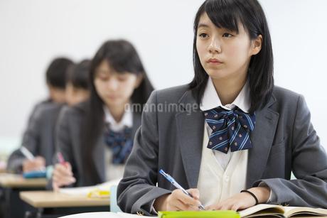 授業を受ける女子高校生の写真素材 [FYI02968318]