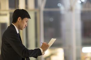 メモを取るビジネス男性の横顔の写真素材 [FYI02968322]