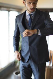 オフィスで腕時計を見るビジネス男性の写真素材 [FYI02968323]