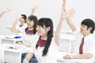 授業中に手を上げる学生たちの写真素材 [FYI02968325]