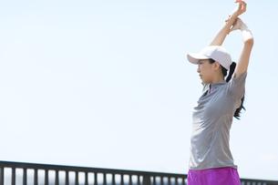 スポーツウエアを着てストレッチをする女性の写真素材 [FYI02968333]
